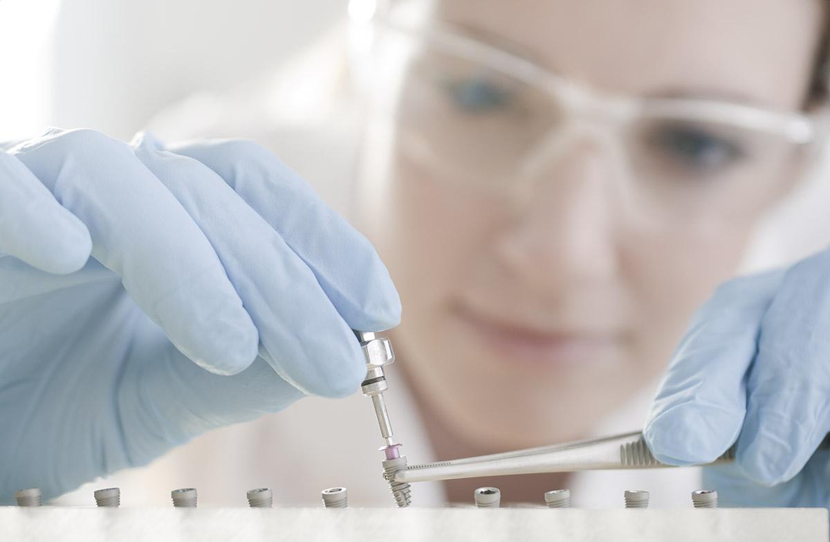 Denti System modell fotózás - nemzetközi márkaépítés - fiatal kutató orvos