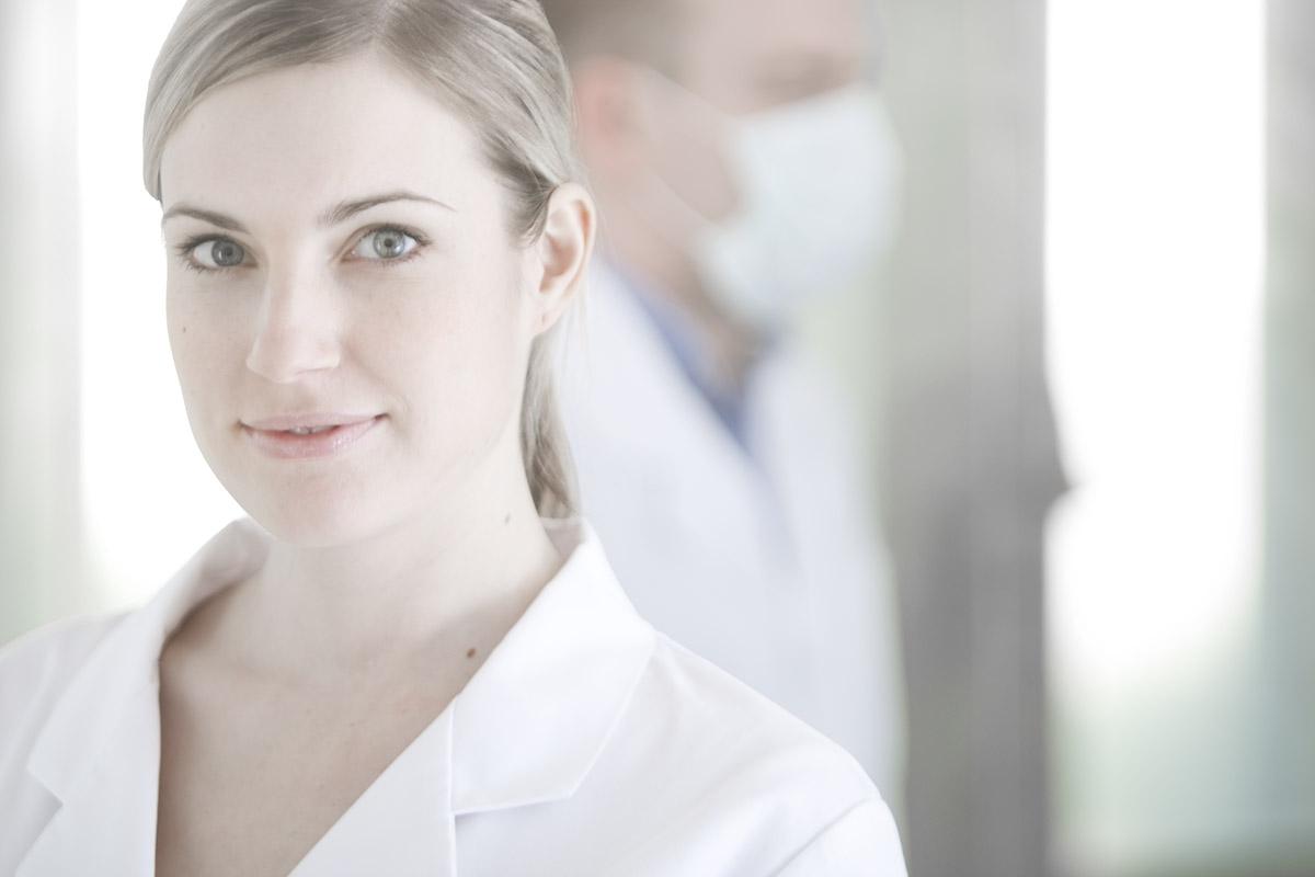 Denti System egészségügyi modell fotózás - nemzetközi márkaépítés - fiatal kutató orvos